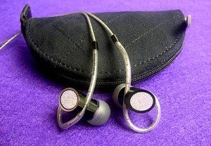 B&W_C5_earphones_2