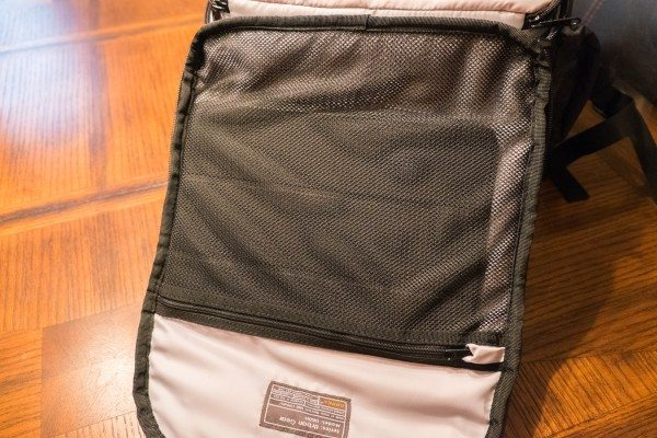 18) Mesh pocket with iPad
