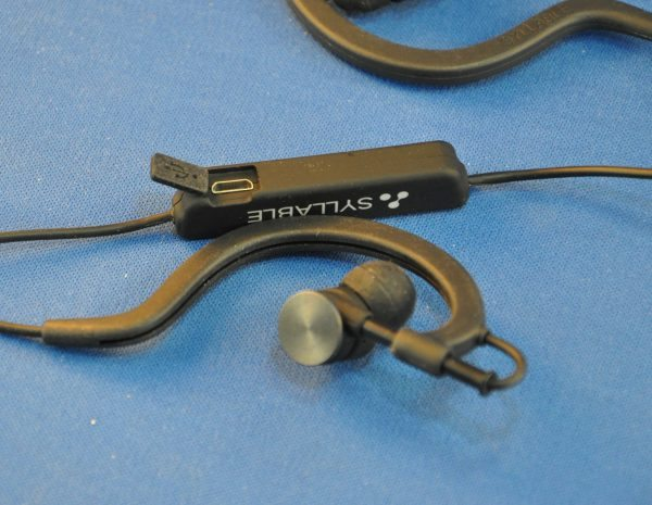 syllable bluetooth d700 sport earbuds review the gadgeteer. Black Bedroom Furniture Sets. Home Design Ideas