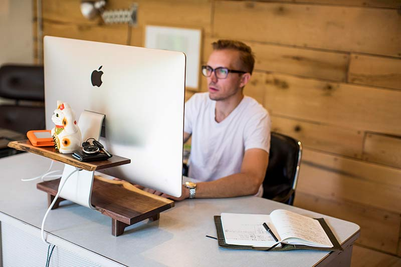 - understands 1 - Understands are one-of-a-kind wood stands for iMacs – The Gadgeteer